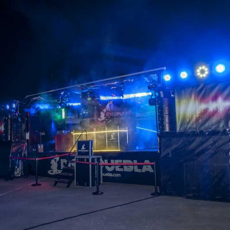 camion escenario y cantante